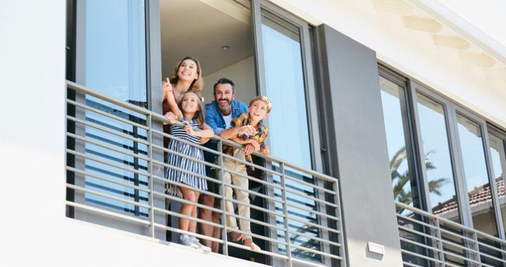 rodzina wyglądająca z mieszkania